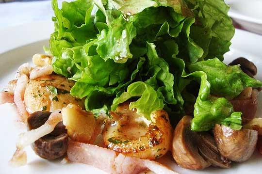 Pair-Seared-japanese-scallops-&-smoked-bacon-salad-with-warm-new-potatoes